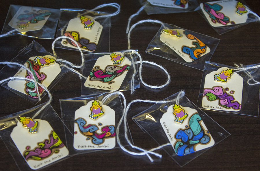 25 Surfing Pineapple Pins with LE Wave Tags